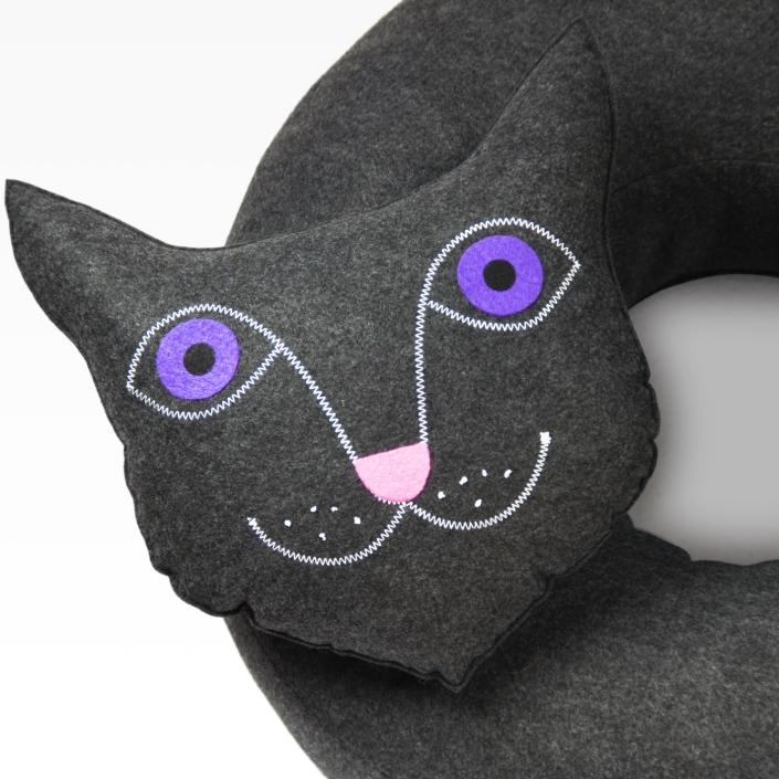 Zdjęcie produktu duża poduszka z filcu w kształcie kota. Zbliżenie głowy.