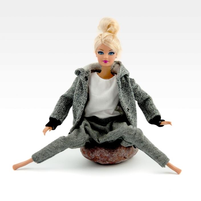 Zdjęcie produktu spodnie, bluzka i kurtka dla lalki Barbie. Kolor szary i biały