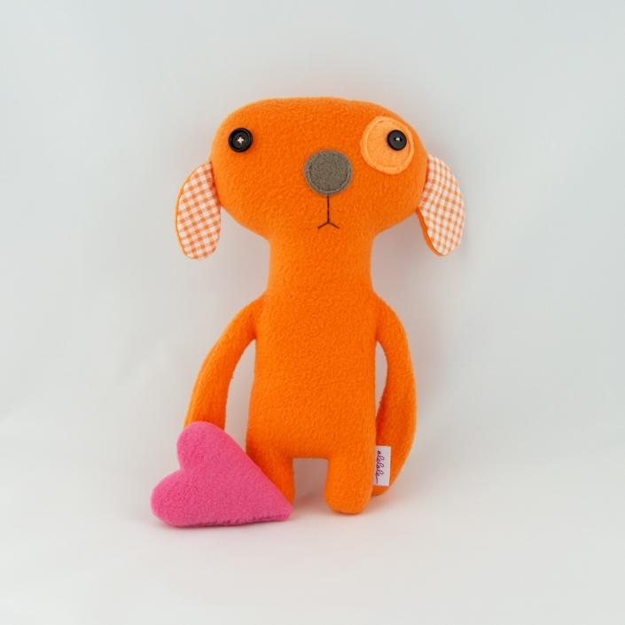 Zdjęcie produktu pomarańczowy piesek z polaru z sercem przytulanka