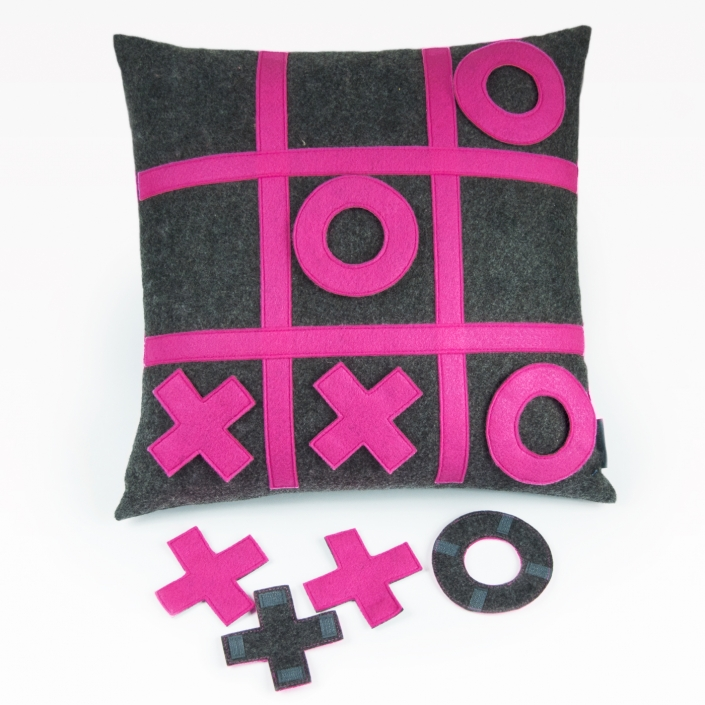 Zdjęcie produktu szara poduszka z filcu z różową aplikacją na rzepy grą w kółko i krzyżyk