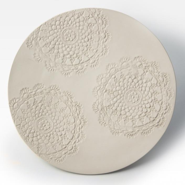 Talerz ceramiczny ręcznie robiony beżowy z wklęsłymi serwetowymi wzorami