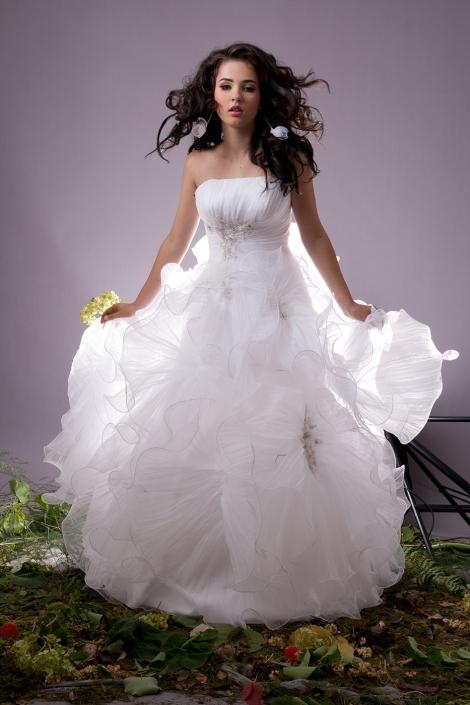 Sesja fotograficzna w studio - modelka w ślubnej sukni, zdjęcie przed obróbką