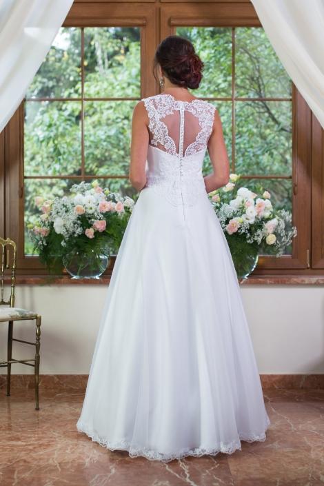 Sesja zdjęciowa suknia ślubna na modelce widok z tyłu