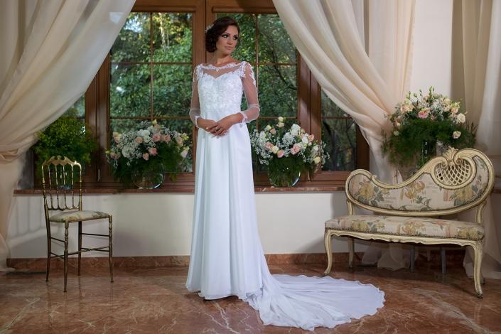 Sesja zdjęciowa - modelka w sukni ślubnej z trenem