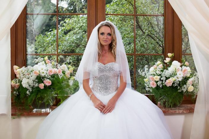 Sesja fotograficzna - suknia ślubna na modelce. Suknia ślubna z cekinowym gorsetem i obfitym tiulowym dołem