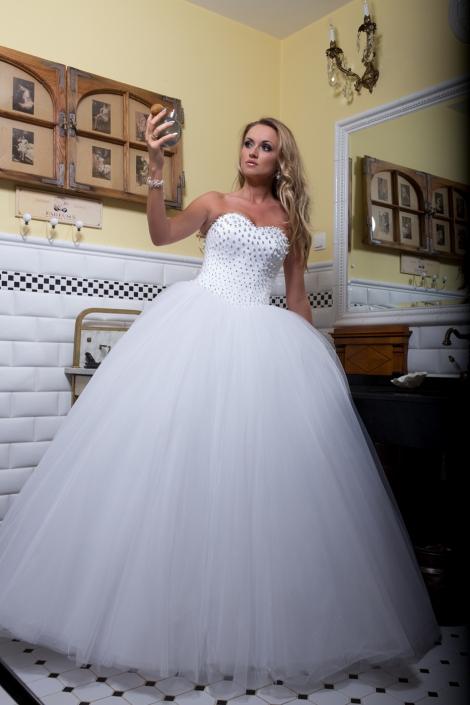 Sesja fotograficzna - suknia ślubna na modelce. Suknia ślubna z gorsetem wyszywanym perłami