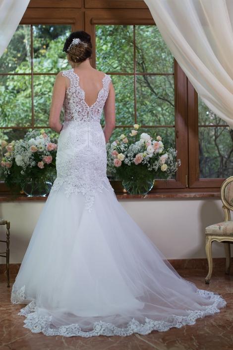 Sesja fotograficzna - suknia ślubna na modelce we wnętrzu zdjęcie tyłu sukni