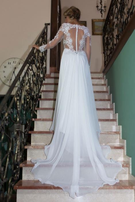 Sesja zdjęciowa - suknia ślubna na modelce, zdjęcie tyłu sukni