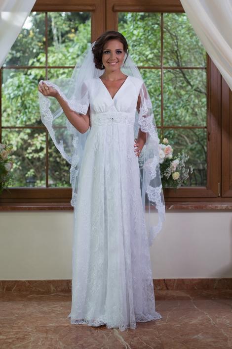 Sesja zdjęciowa koronkowa biała suknia ślubna na modelce we wnętrzu