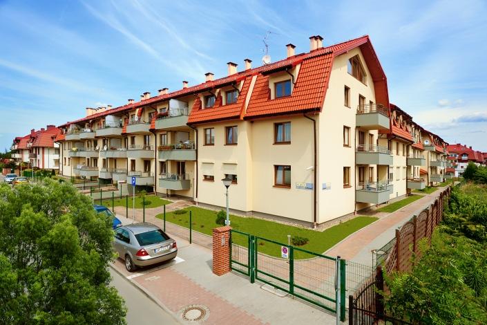 Zdjęcie po korekcie. Poprawa zielonego otoczenia wokół budynku mieszkalnego