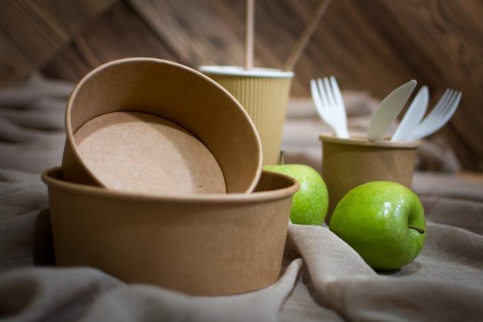 Zdjęcie produktów - ekologiczne naczynia jednorazowe komplet