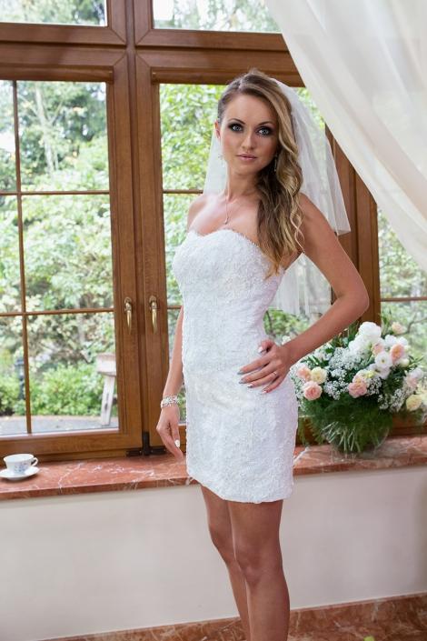 Sesja zdjęciowa suknia ślubna na modelce we wnętrzu