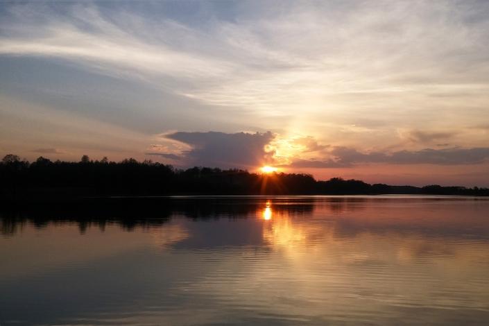 Zdjęcie krajobrazu - zachód słońca nad jeziorem