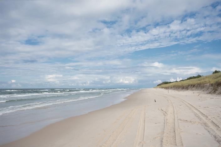 Fotografia krajobrazu - nadmorska plaża w błękitnej tonacji