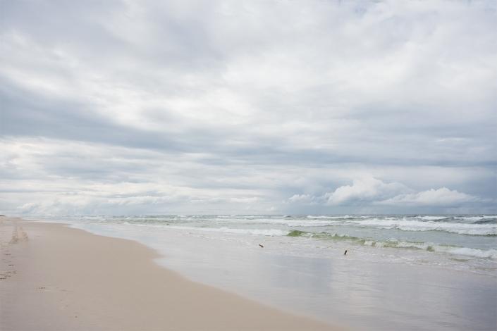 Fotografia krajobrazu - nadmorska plaża w błękitno-perłowej tonacji