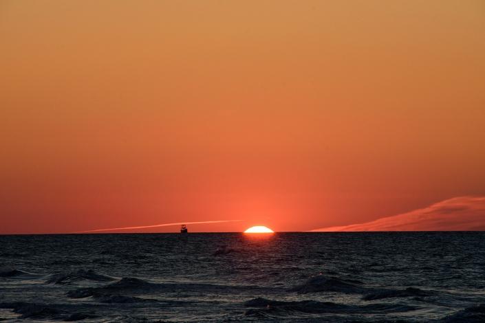Fotografia krajobrazu - nadmorski zachód słońca w pomarańczowej tonacji