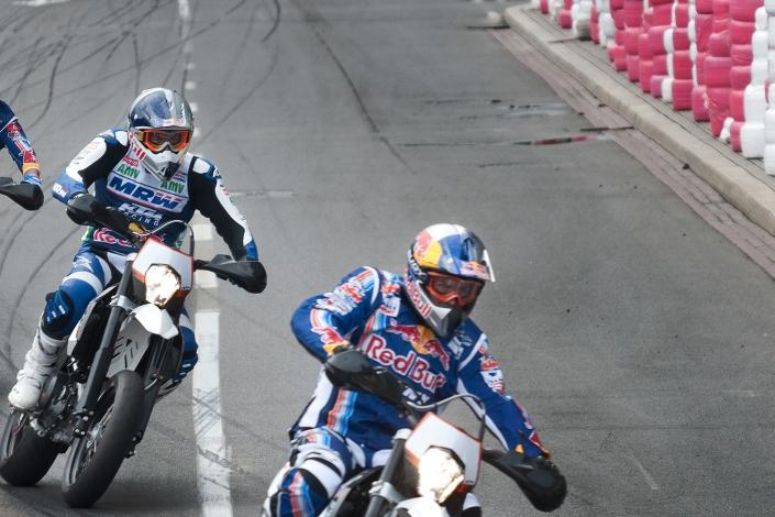 Fotografia sportowa - motocykliści na torze
