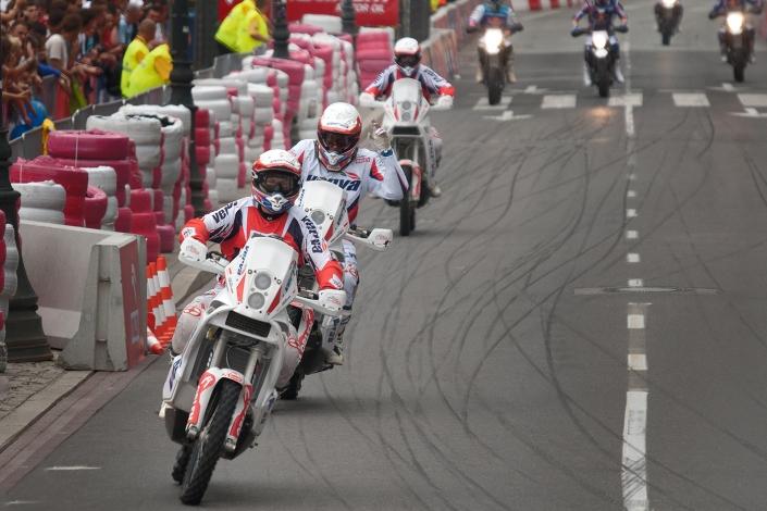 Fotografia sportowa - motocykliści przejazd pokazowy