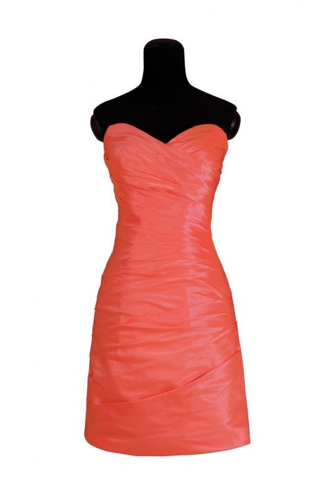 Zdjęcie produktu na manekinie - suknia wieczorowa drapowana, mini, koralowa, gorsetowa