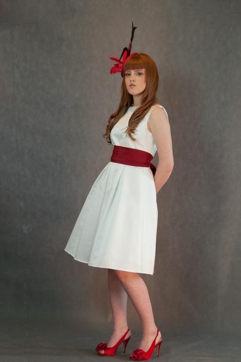 Zdjęcie w studio - modelka w sukni ślubnej, retusz, zamiana tła, fotografia przed obróbką. Biała suknia ślubna do kolan z bordową szarfą w talii