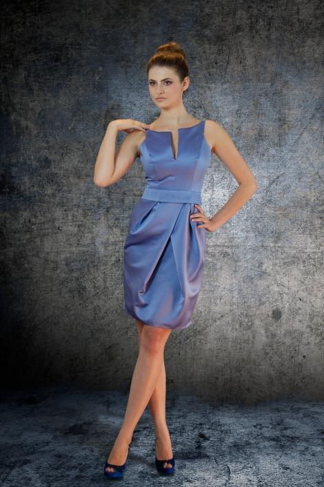 Sesja zdjęciowa - sukienka wizytowa z niebieskiej satyny na modelce po montażu na tle