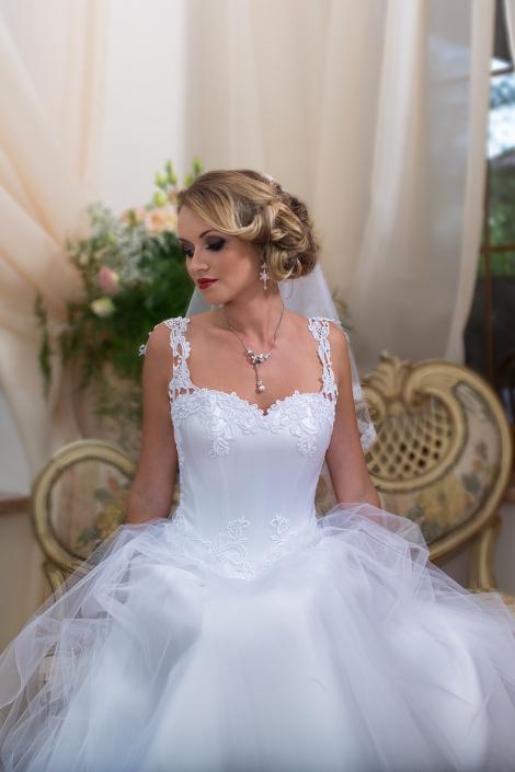 Sesja zdjęciowa suknia ślubna na modelce