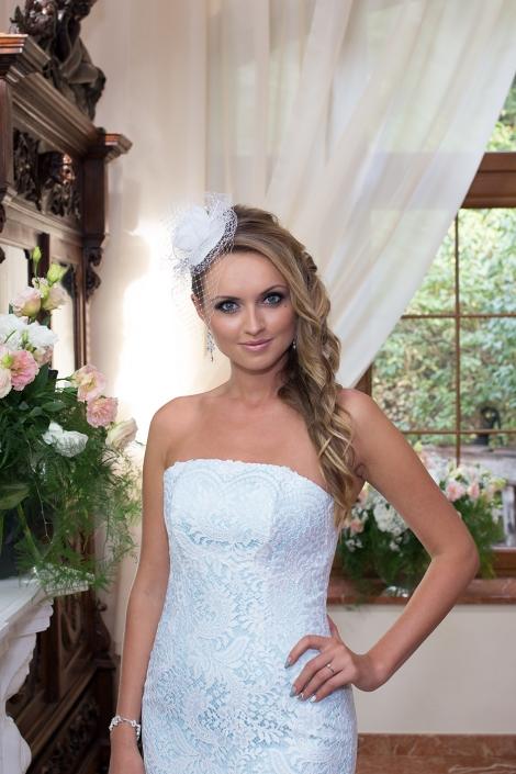 Sesja zdjęciowa we wnętrzu - modelka w sukni ślubnej
