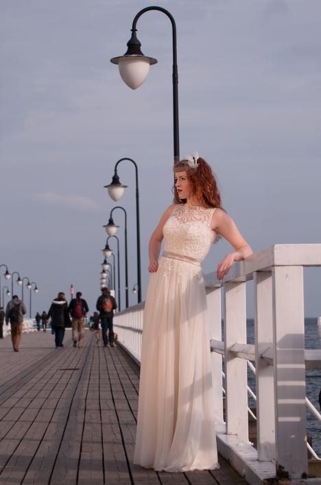 Sesja zdjęciowa - na modelce, suknia ślubna, zdjęcie na nadmorskim molo