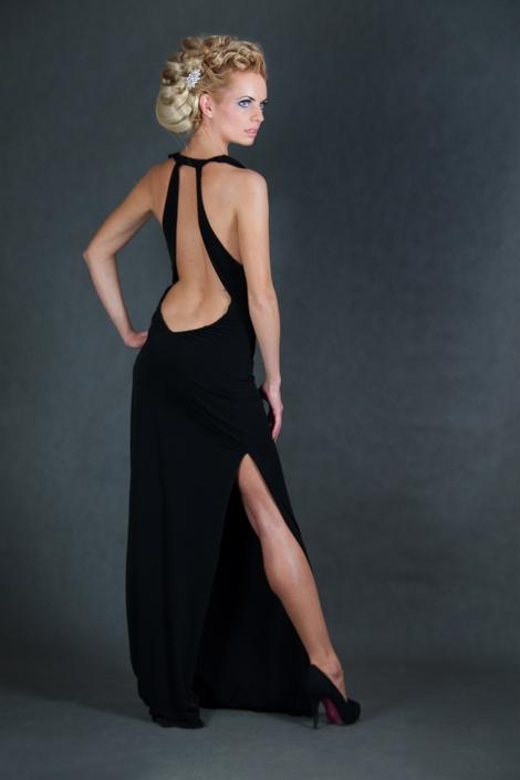 Sesja zdjęciowa w studio - modelka w wieczorowej sukni. Dopasowana suknia wieczorowa maxi czarna odkryte plecy dekolt fala