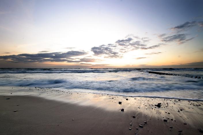 Fotografia krajobrazowa - nadmorska plaża o świcie