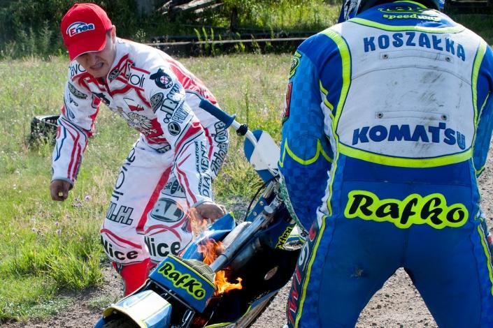 Fotorelacja z zawodów motocyklowych. Gaszenie pożaru motoru