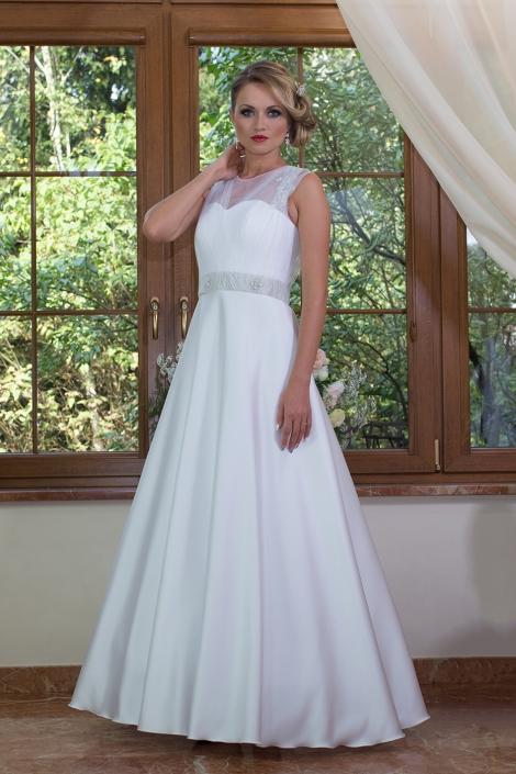 Sesja fotograficzna biała gorsetowa suknia ślubna z tiulowa górą, haftowanymi ramiączkami i tiulowym paskiem w talii