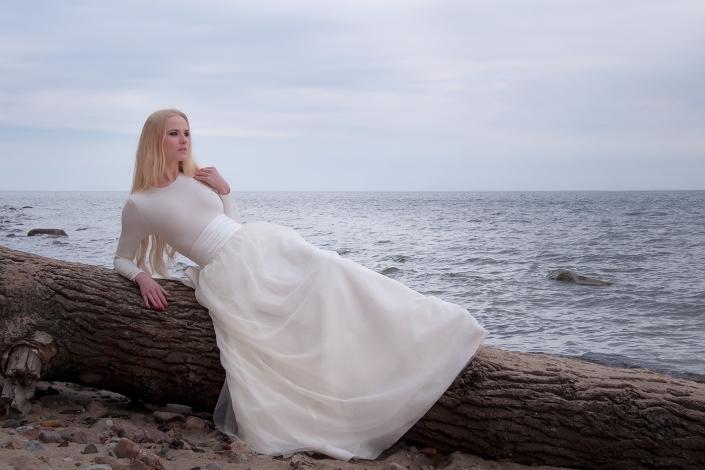 Sesja fotograficzna biały komplet ślubny na modelce - top z długą spódnicą z szerokim satynowym paskiem