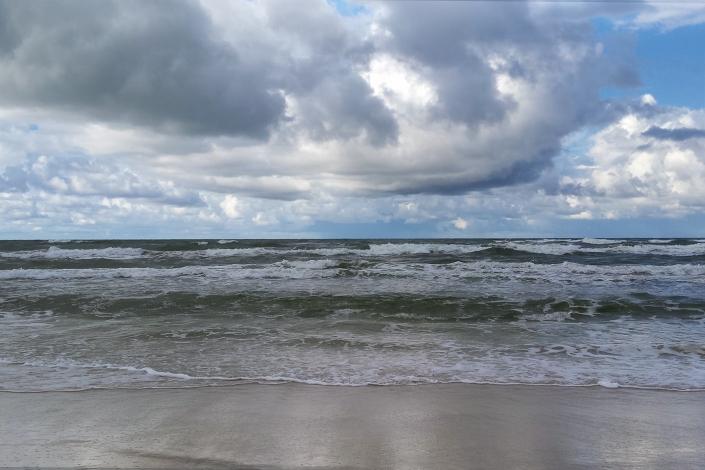 Zdjęcie krajobrazu - plaża morze ciężkie burzowe chmury