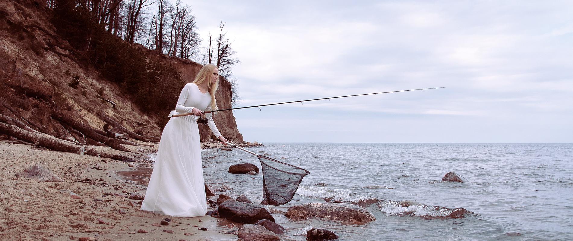 Biały komplet ślubny top z długą spódnicą z szerokim satynowym paskiem