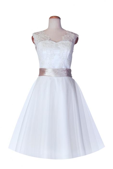 Fotografia sukienki ślubnej na manekinie krawieckim . Sukienka ślubna do kolan koronka, tiul, szarfa