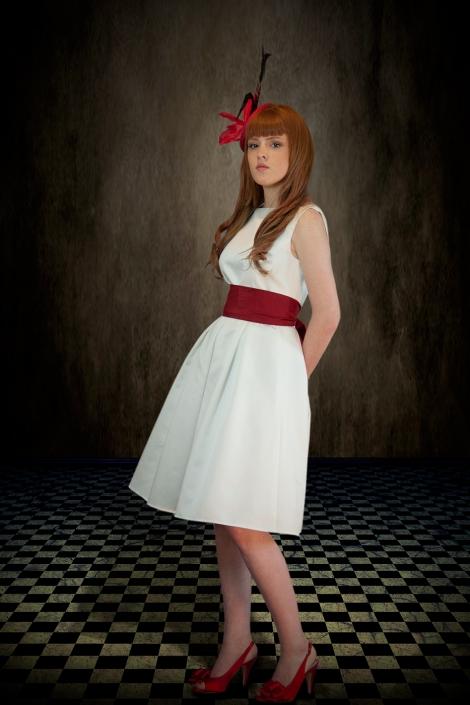 Zdjęcie w studio - modelka w sukni ślubnej, retusz, zamiana tła, fotografia po obróbce. Sukienka ślubna do kolan z bordową szarfą