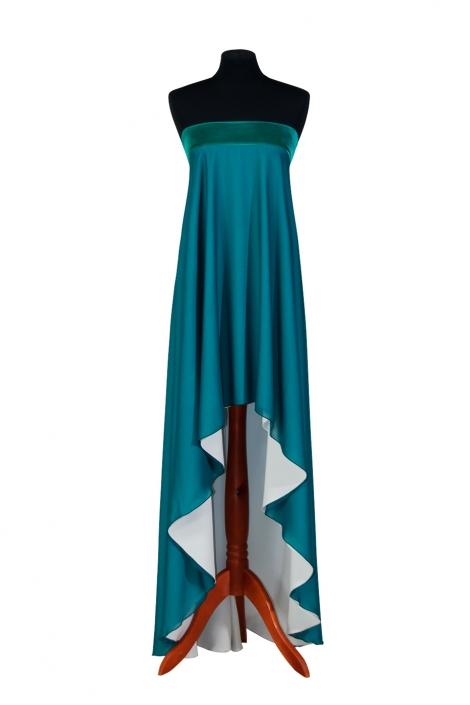 Zdjęcie produktu na manekinie - lazurowa suknia wieczorowa z krótszym przodem, odkrytymi ramionami, dekolt wykończony aksamitem