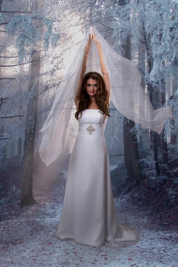 Sesja fotograficzna w studio - modelka w ślubnej sukni, zdjęcie po obróbce, zmiana tła, poprawa wyglądu