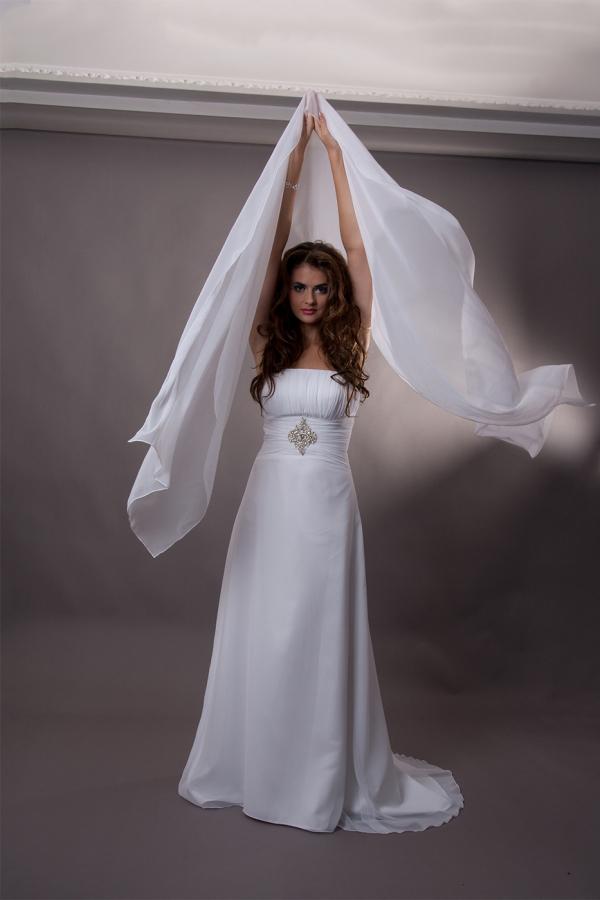 Sesja fotograficzna w studio - modelka w ślubnej sukni, zdjęcie przed obróbką, zmiana tła, poprawa wyglądu