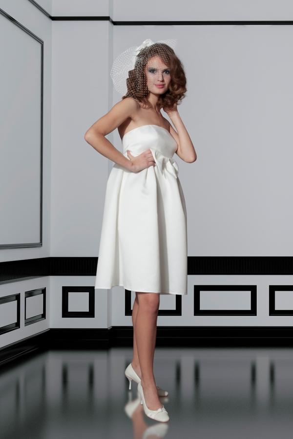 Sesja fotograficzna w studio - modelka w ślubnej sukni, zdjęcie po obróbce, zmiana tła, odbicie lustrzane, korekta wyglądu