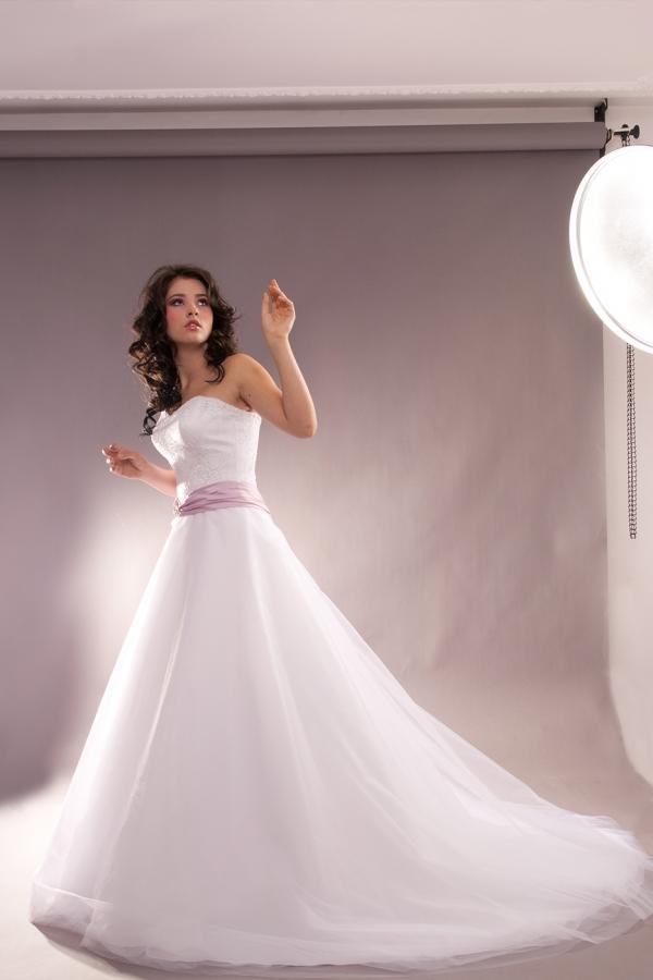 Sesja fotograficzna w studio - modelka w sukni ślubnej, zdjęcie przed obróbką wymiana tła