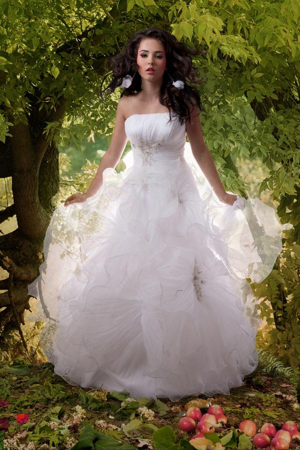 Sesja fotograficzna w studio - modelka w ślubnej sukni, zdjęcie po obróbce, zmiana tła, nadanie przezroczystości tiulom, poprawa wyglądu