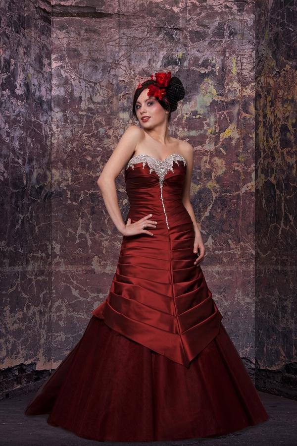 Sesja fotograficzna w studio - modelka w wieczorowej sukni, zdjęcie po obróbce, nasycenie kolorów, kontrast, zmiana tła